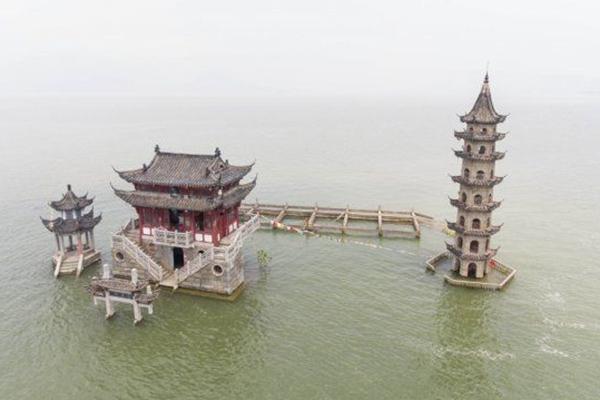 鄱阳湖水位超警戒线 古迹落星墩基座被淹