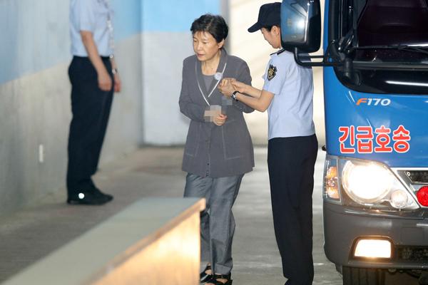 朴槿惠脚趾受伤事故后出庭 带伤受审脚穿凉鞋