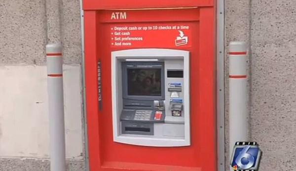 美国一修理工被困ATM机内 递纸条求救被当恶作剧