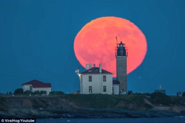 美轮美奂!拍摄者美国罗德岛拍到橙红色圆月