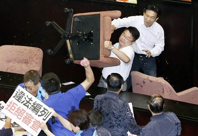 """审前瞻台""""立院""""打群架 丢水瓶摔椅子场面超火爆"""