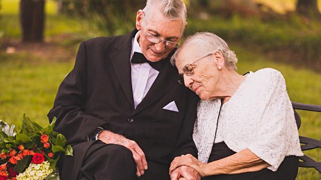美国夫妇拍情侣写真庆祝结婚65周年