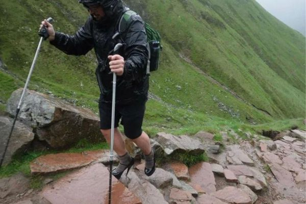 为申请奖学金 英国一男生穿12厘米高跟鞋爬山