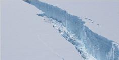 南极巨大冰山脱离冰架 面积与上海相当