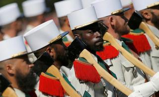 法国举行盛大阅兵庆祝国庆日