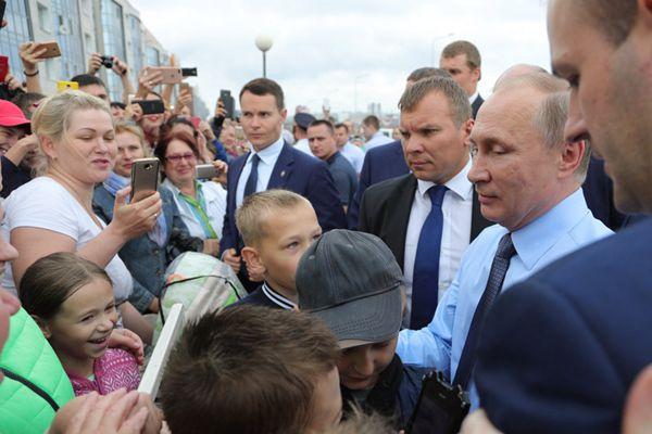 俄总统普京现身地方视察 被民众簇拥人气超高