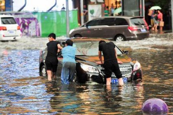 沈阳遭大风暴雨袭击 道路积水严重