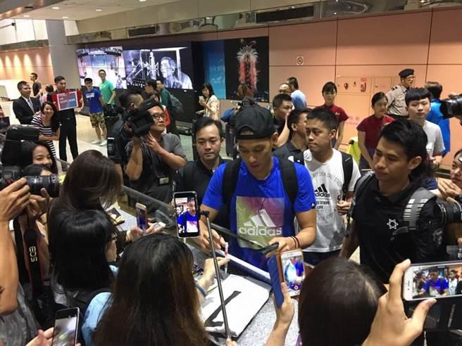 林书豪返抵台湾正式展开亚洲行 引数百球迷疯狂接机