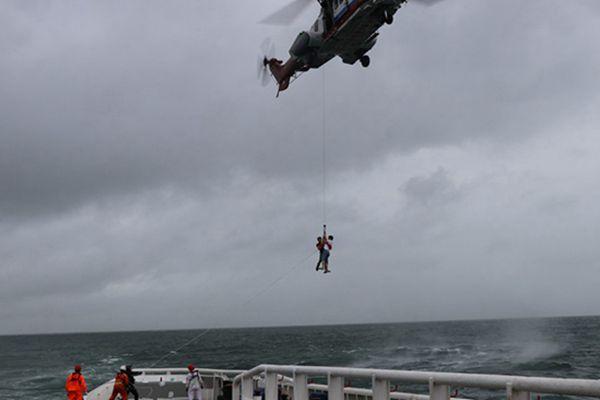 南海救助局紧急救援49名被台风围困游客
