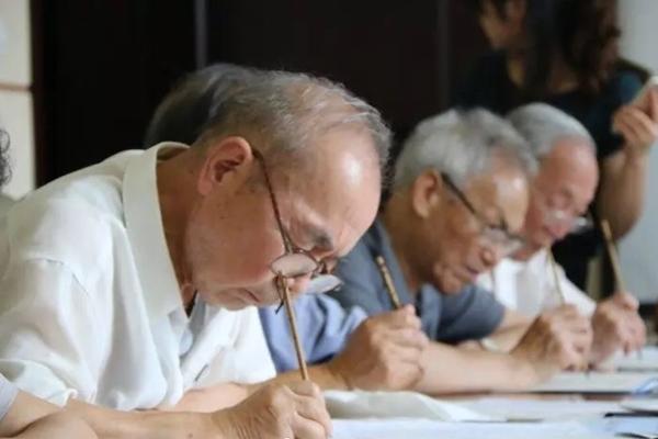 收藏!大学老教授用毛笔为4500名新生写录取通知书