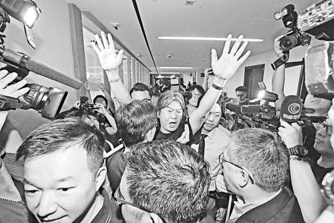 香港4名前辱国议员强闯立法会 若被控罪最高刑罚可判7年