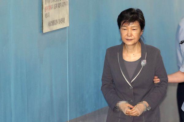 韩国干政门涉案人继续受审 朴槿惠穿凉鞋面容憔悴不堪