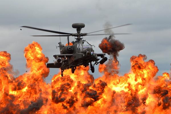 大片既视感!英国皇家空军演习 直升机穿越火海