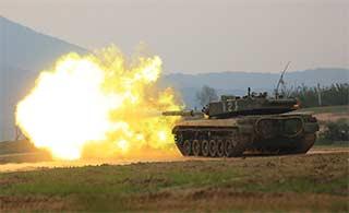 96式主战坦克实弹射击喷出火舌