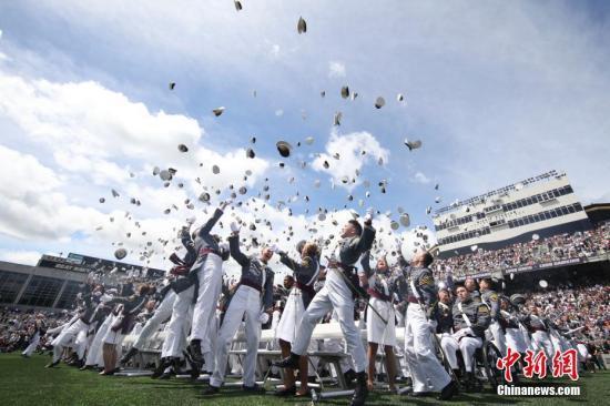 玩转各国高校毕业典礼:日本Cosplay 耶鲁帽子盛会