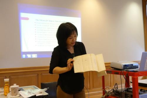 张慧余展示帮助买假身分来美应对移民官提问的指导手册。(来源:美国《世界日报》/金春香/摄影)