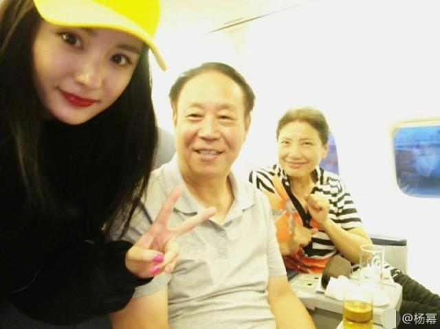 杨幂在飞机上偶遇大学老师 与两位老师拥抱道别