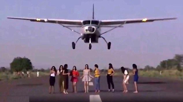 印度女模特机场跑道上拍照 飞机擦过头顶起飞