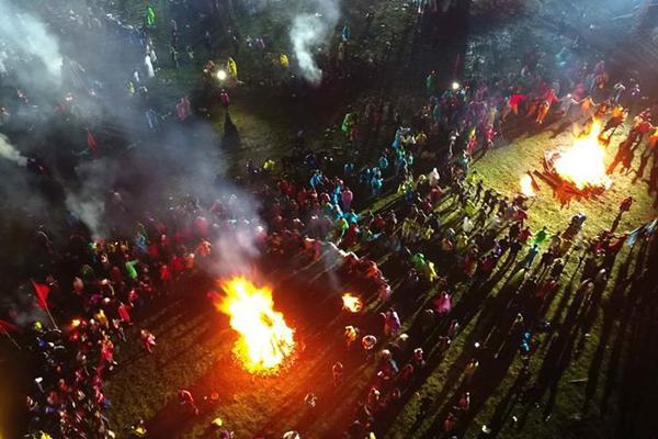 航拍四川凉山:火把狂欢夜 篝火尽狂欢