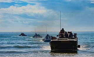两栖战车在碧海蓝天中训练