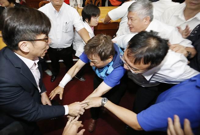 """台湾""""立法院""""今天又双叒掐脖子了……"""