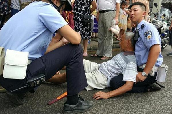 老人被车撞倒 交警双膝跪滚烫地面搀扶