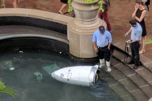 """机器故障!美一保安机器人在喷泉中""""自杀溺亡"""""""