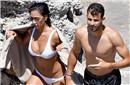莎娃前任携女友海边度假 玩比基尼一字马