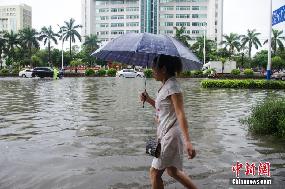 广西北海遭暴雨袭击 城市内涝严重