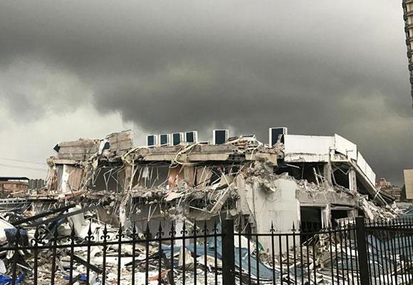 广西开发商为夺土地赶走租客 将4S店砸成废墟