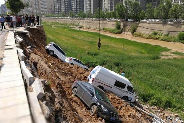 陕西延安一河堤发生垮塌 八辆车掉入河槽