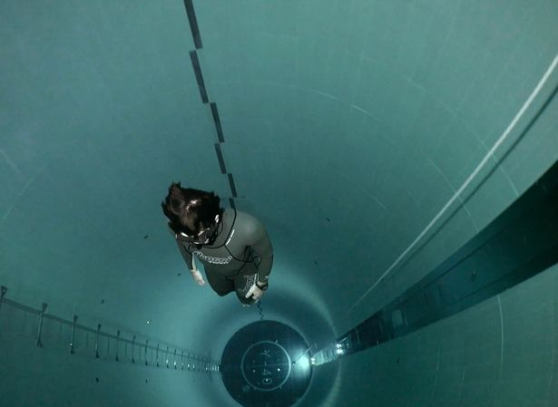 法国潜水员成功挑战40米深泳池 未携带呼吸设备