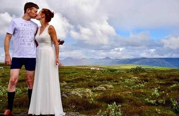 美航空公司丢失行李 新郎穿T恤结婚以示抗议