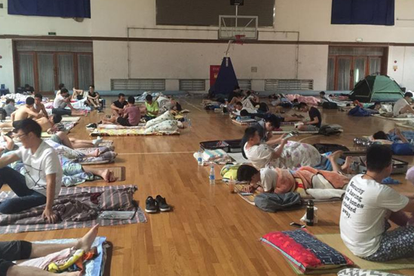 上海高温 百名大学生体育馆过夜避暑