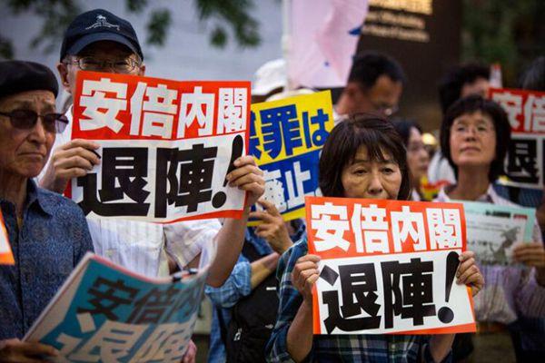 日本民众在国会前示威 要求安倍政府下台