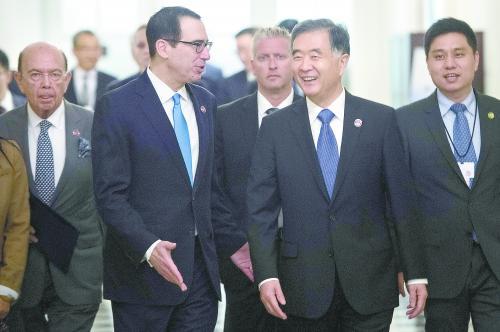 19 日,汪洋副总理与美国财长姆努钦(左二)、商务部长罗斯(左一)在华盛顿出席首轮中美全面经济对话。