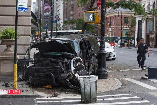 纽约曼哈顿一汽车冲上人行道致3人伤