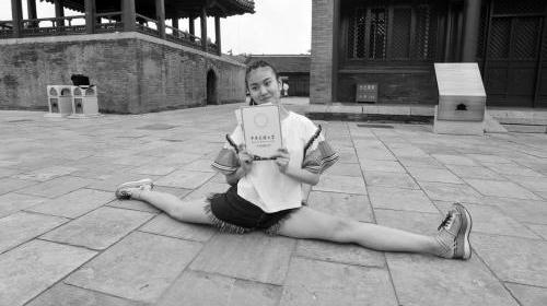 17岁舞蹈美女收高考录取通知书 现场大秀一字马