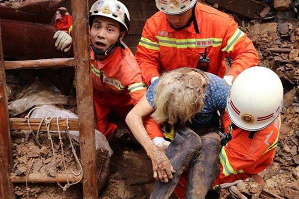 广西:瓦房倒塌 两90岁老人被救瞬间