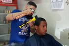 理发师用斧子理发