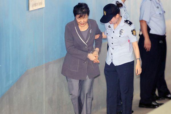 朴槿惠继续出庭受审 罕见露笑脸与狱警聊天