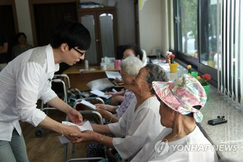 韩国民MC刘在石再向慰安妇受害者捐款30万元
