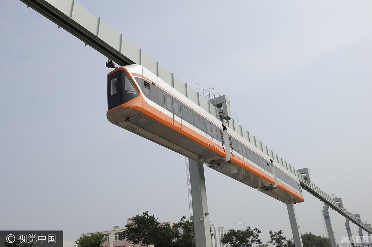 """青岛""""空中列车""""试运行 时速可达70公里"""