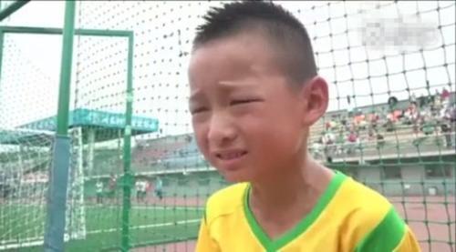 在百队杯上痛哭的小男孩找到了 :一口气能颠球一千个
