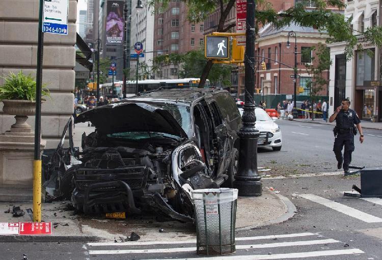纽约曼哈顿一汽车冲上人行道致3人伤 警方正调查