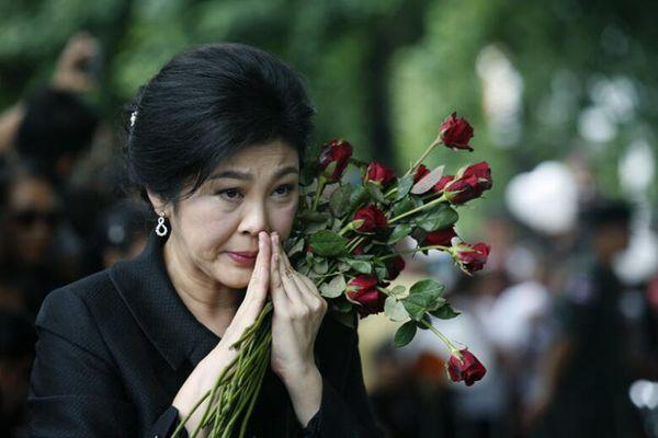 泰前总理英拉再就大米案出庭 获民众献花支持感动落泪