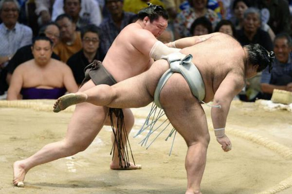 日本名古屋相扑比赛决胜局 选手赤身肉搏