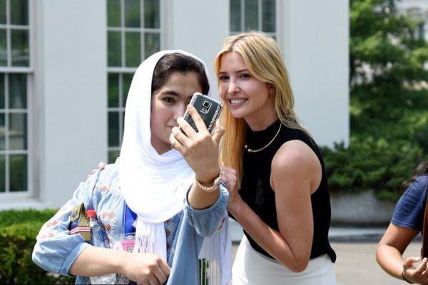伊万卡与游览白宫学生自拍合影 笑容满面超亲民