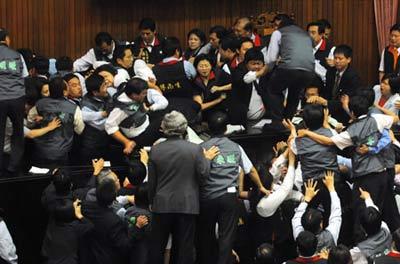 这些年,他们把议事堂变成打斗场