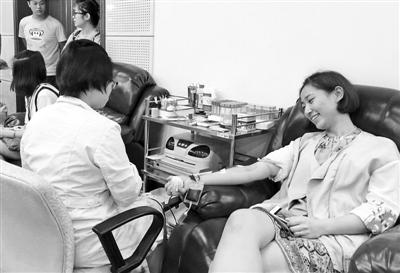 杭州爆燃事故 市民连夜排队献血